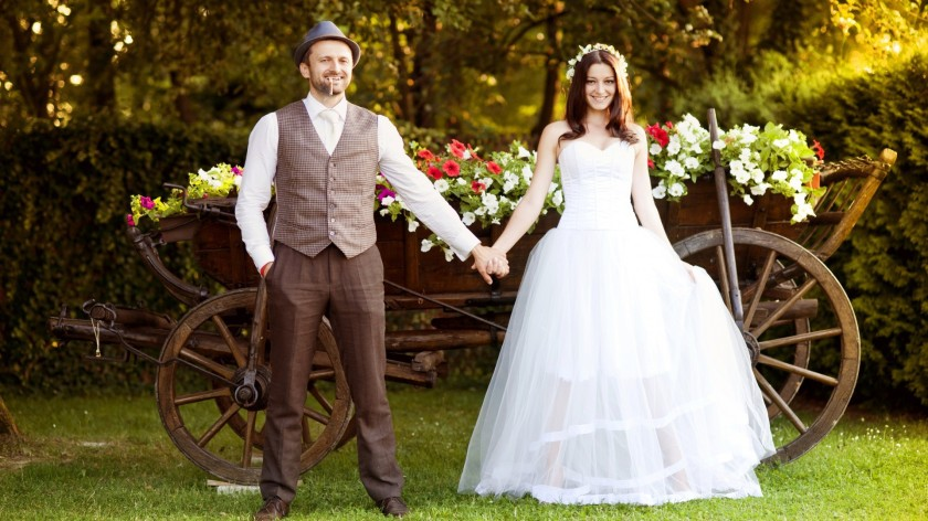 People_Bride_and_groom_on_the_background_color_of_the_cart_097566_